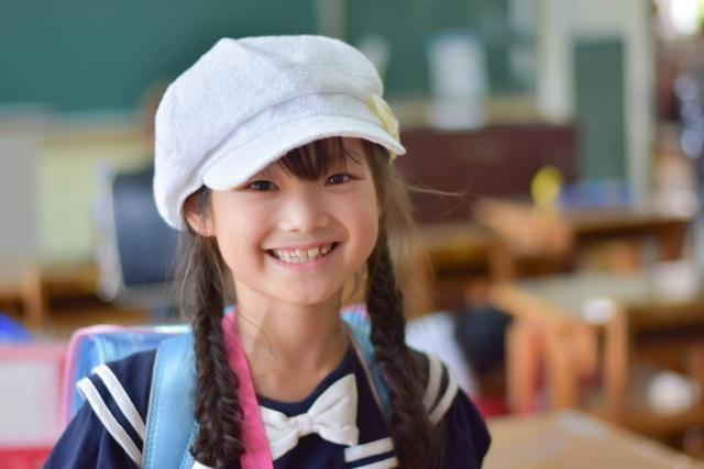 帽子をかぶった女子小学生