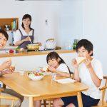 子どもの様子を見ながら料理ができる、カウンター型キッチンの賃貸で暮らす生活