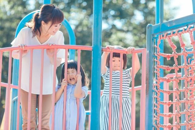遊具で遊ぶ親子