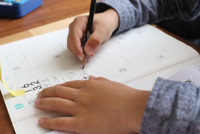勉強をする子ども