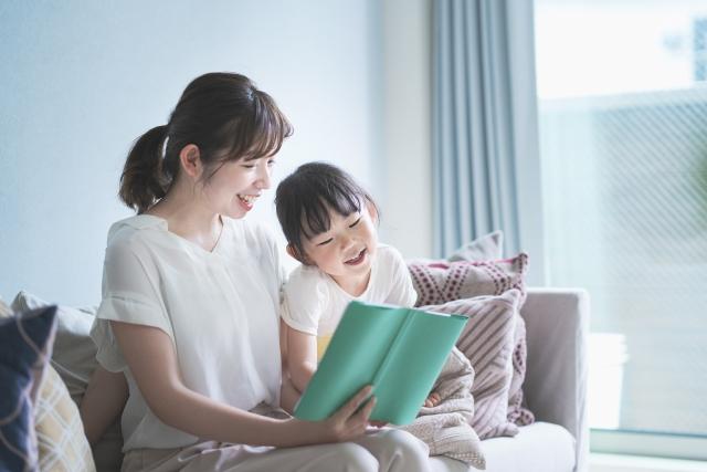 一緒に本を読む親子