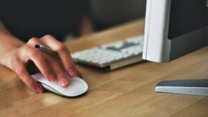 パソコンのマウスを動かす手