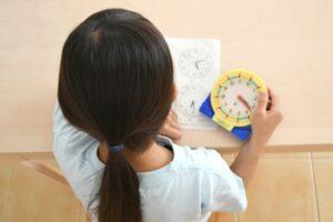時計の勉強をする女の子