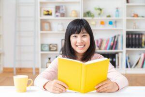 読書をする女の子