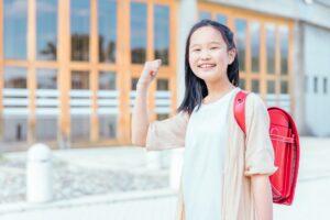 ガッツポーズをする小学生の女の子