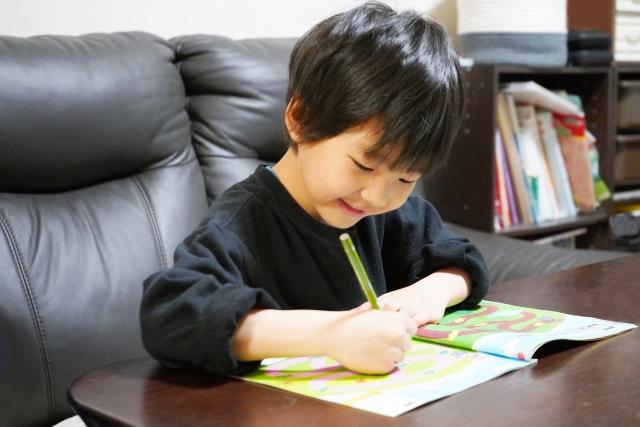 ドリルで楽しそうに勉強をしている子供