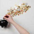 ブタの貯金箱にお金を入れる手