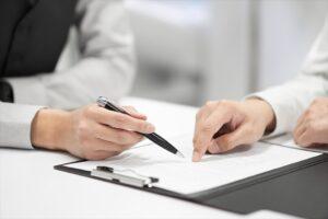 書類を確認する手